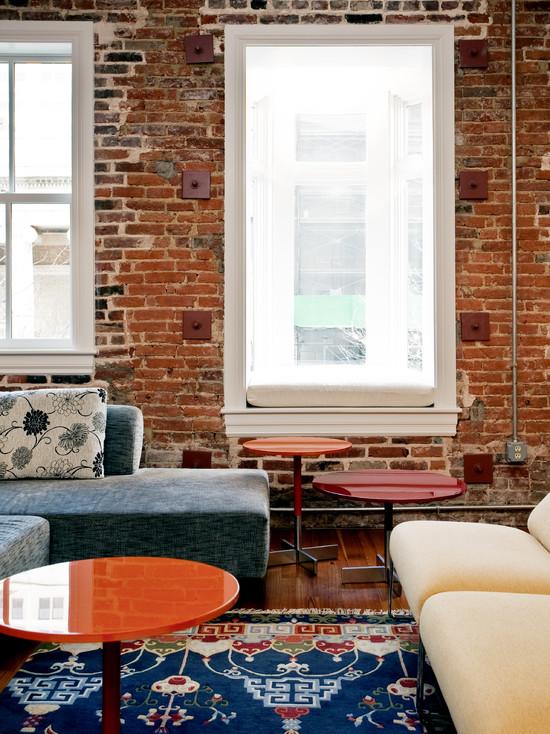 Кирпичная кладка в интерьере современной гостиной