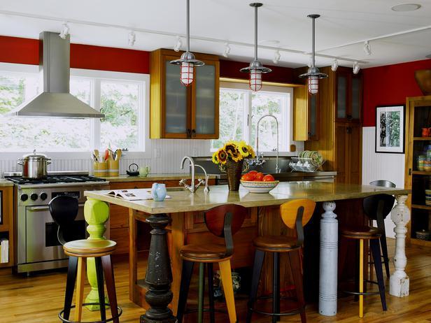 Сочетание желтого и красного цвета на вытянутой кухне