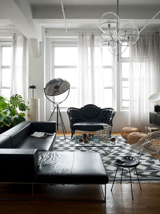 Небольшая гостиная в черно-белых тонах