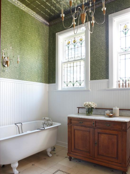 Классический витраж в ванной комнате