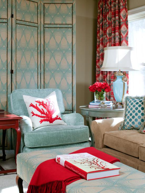 Сочетание берюзового и кораллового цвета в интерьере гостиной