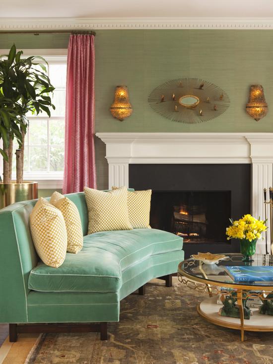 Диван бирюзового цвета в классической гостиной