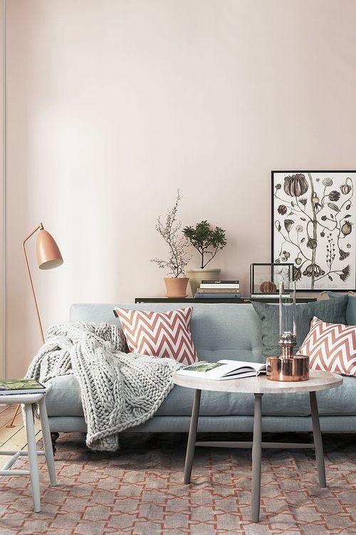 Серый диван в интерьере бледно-розовой гостиной