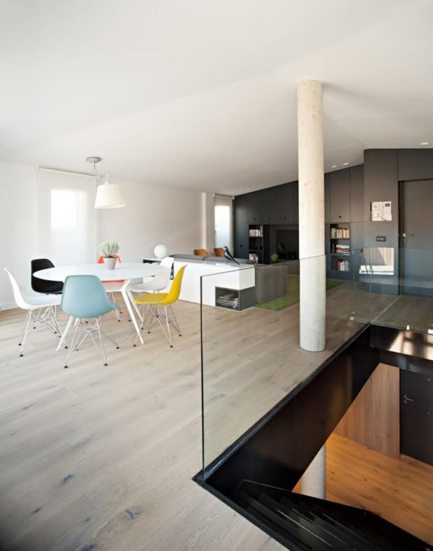 Колонна в доме оформленном в минималистическом стиле