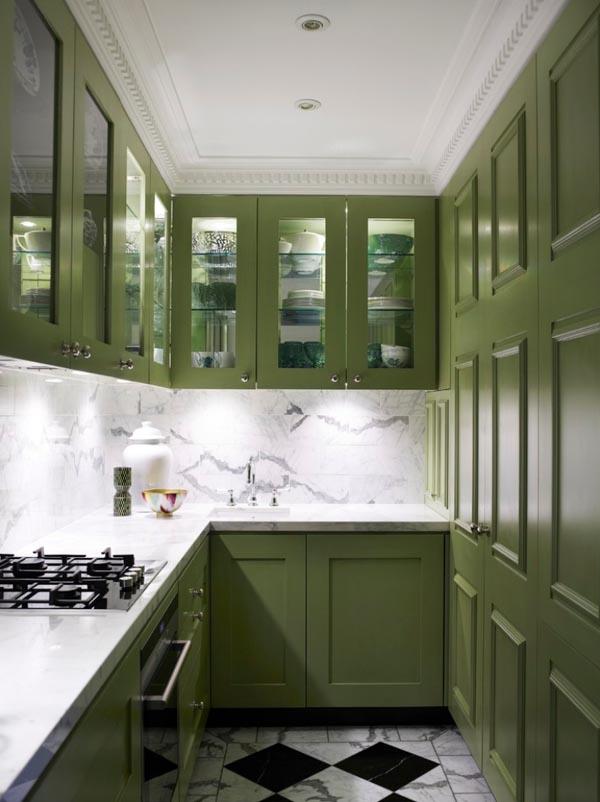 Узкая кухня зеленого цвета