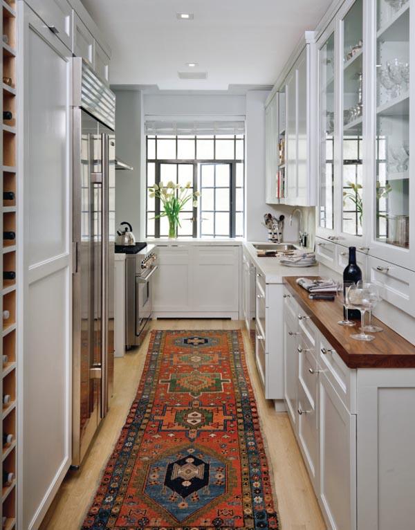 Дизайн белой кухни с узким ковром