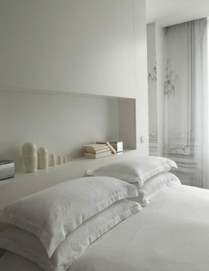 White-Bedroom-Recessed-Shelving-Remodelista-001