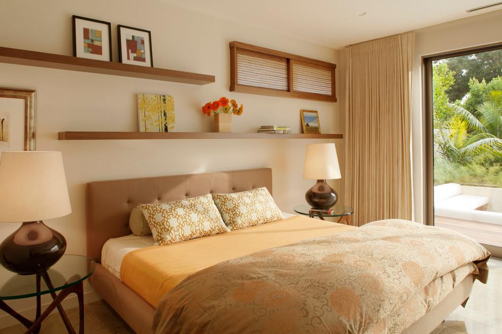 Настенные полки в интерьере над кроватью фото