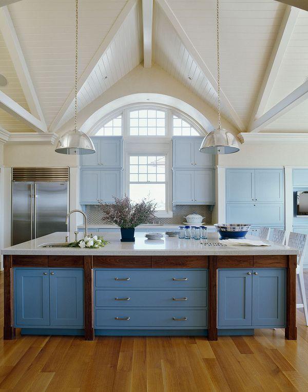 Сочетание голубого и синего цвета просторной кухне