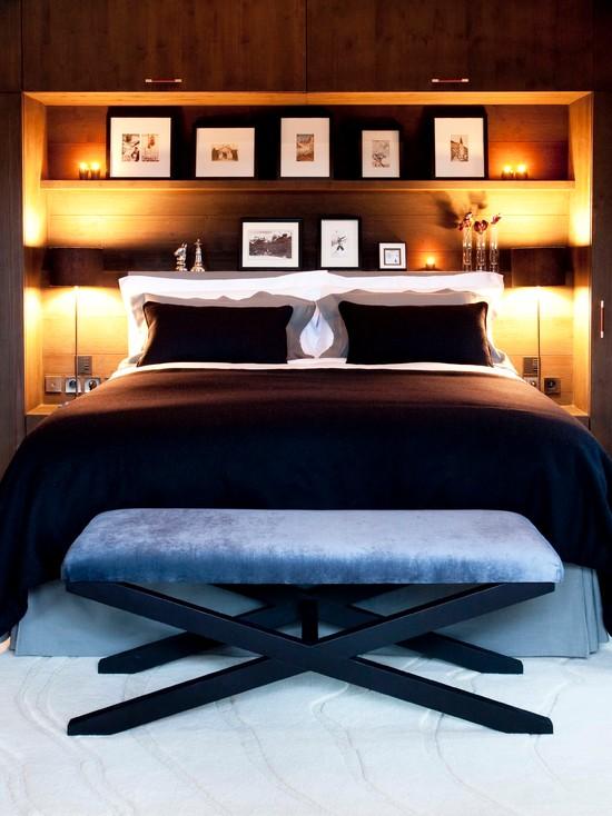 Полки в нише над кроватью