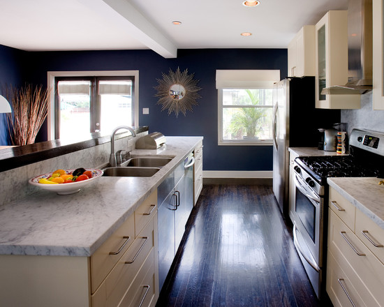 Сочетание темно синих стен и белой кухни