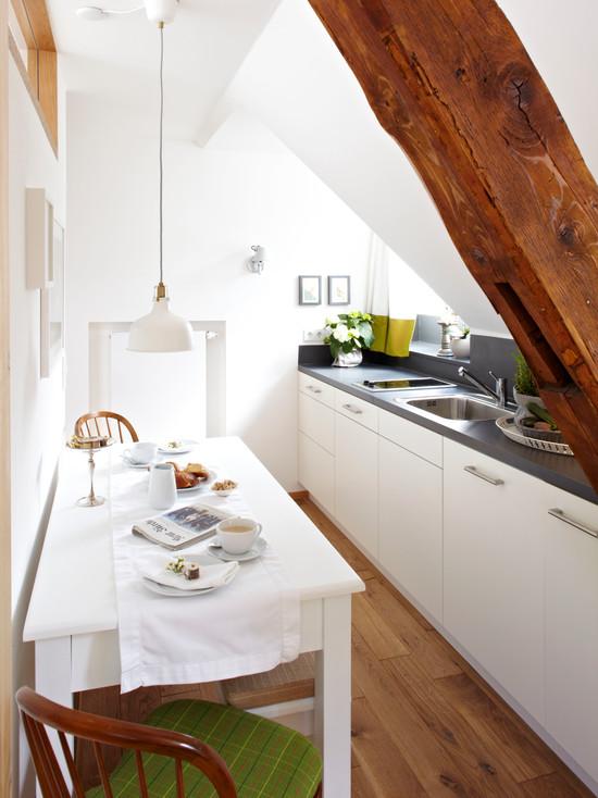 Небольшой столик на узкой кухне