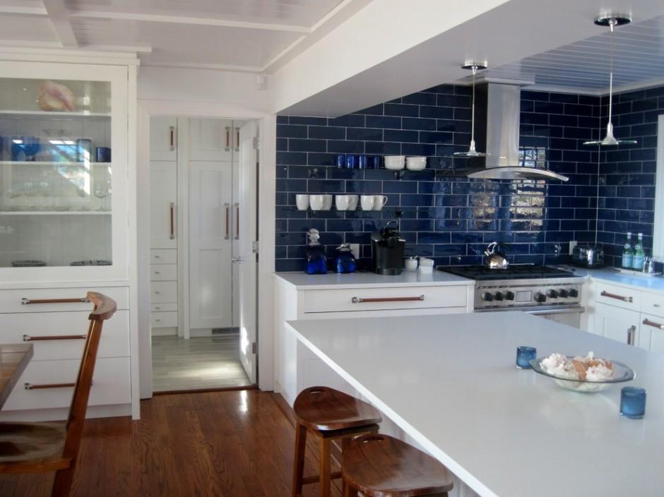Фартук синего цвета на белой кухне