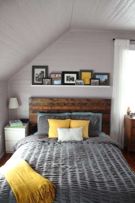 Небольшая полка для фотографий над кроватью
