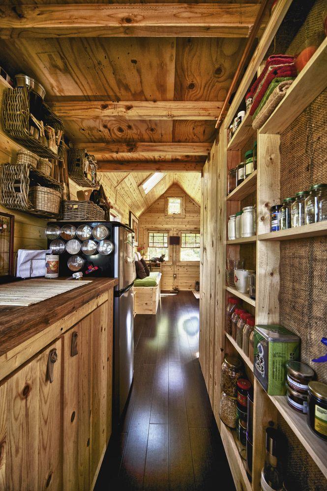 Узкая кухня в деревенском доме