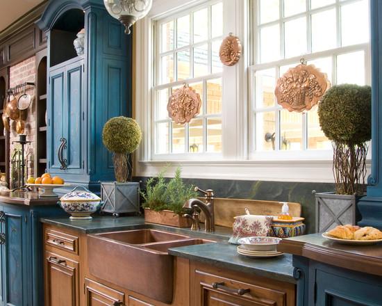 Сочетание бронзового и синего цвета на кухне