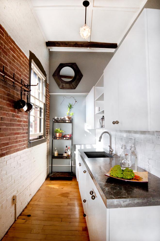 Окно на вытянутой узкой кухне