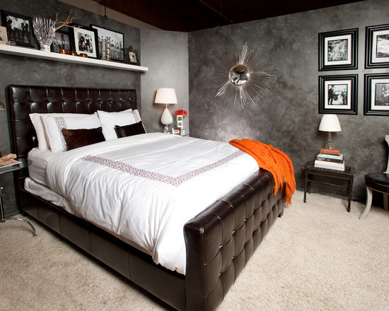 Белая полка над черной кроватью