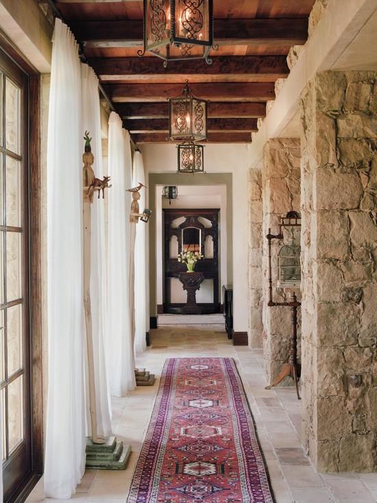 Каменные колонны в ретро стиле