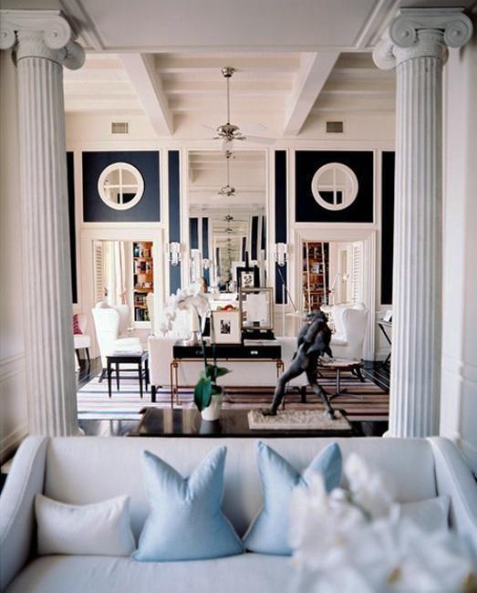 Интерьер гостиной в модерн стиле с белыми колонами
