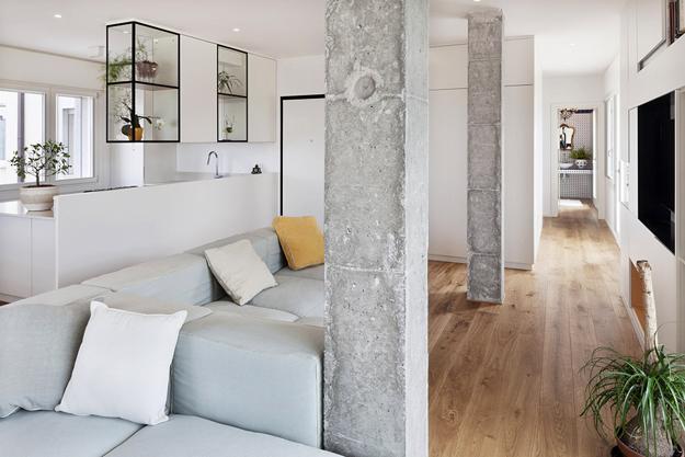 Бетонные колонны в интерьере белой гостиной
