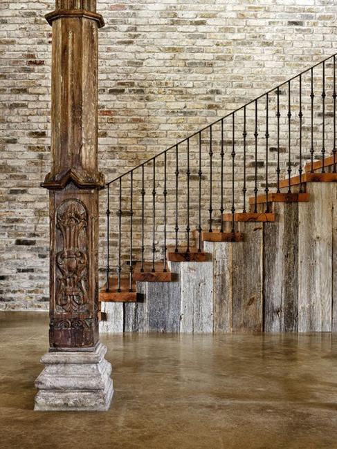 Колонна в коридоре оформленная под старину