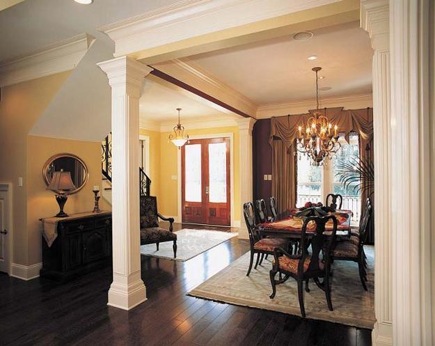 Принято считать, что колонны в интерьере используются только в дорогих  классических интерьерах