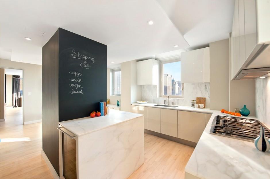 Колонна по центру кухни оформленная как доска с заметками