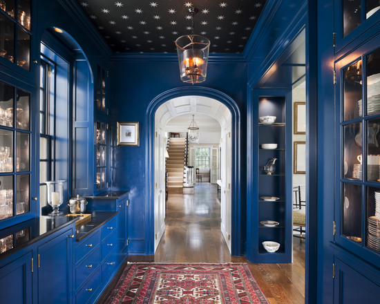 Маленькая кухня, коридорнго типа синего цвета