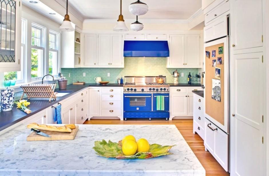 Синяя плита на белой кухне