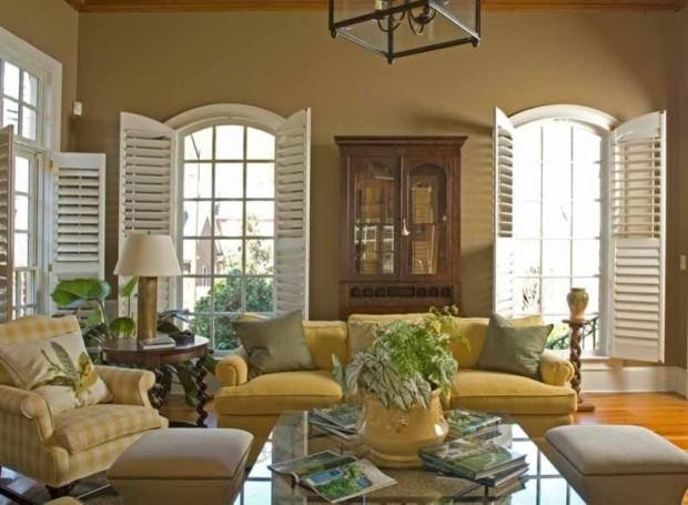 Деревянные ретро ставни на окнах в гостиной
