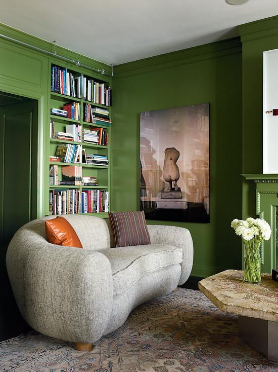 Оливковый стены гостиной-библиотеки