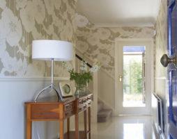 Обои для стен в прихожую – важная деталь в интерьере