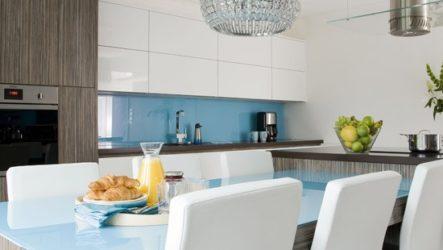 Уютная кухня голубого цвета