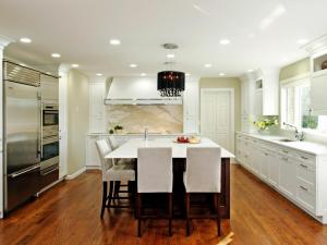 RS_Jennifer-Gilmer-white-contemporary-kitchen-seating_s4x3.jpg.rend.hgtvcom.1280.960