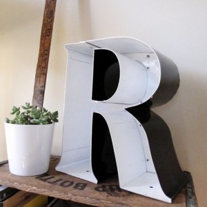 decorating-interiors-with-letters-24