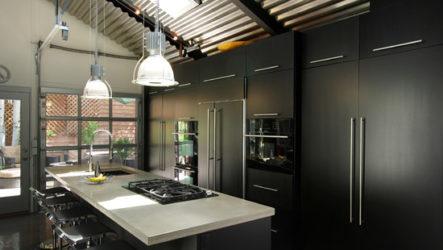 Черная кухня – нетривиальное оформление интерьера