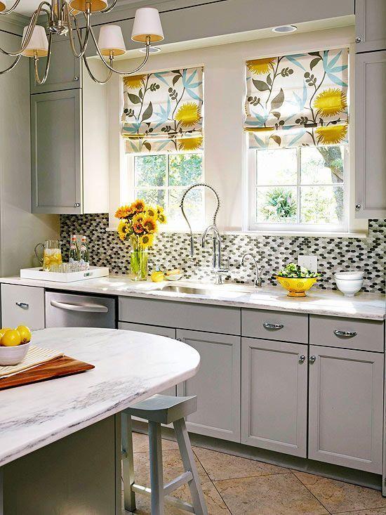 комбинированное офориление оконного проема: ламбрекены и горизонтальные жалюзи на кухне