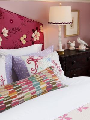 FLSRA307FL_girls-bedroom-modern-headborad-vintage-linens_s3x4.jpg.rend.hgtvcom.1280.1707