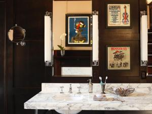 Original_Brian-Patrick-Flynn-Small-Bathroom-Architectural-Distractions_h.jpg.rend.hgtvcom.966.725