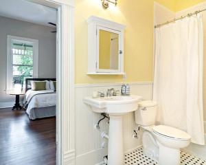 Дизайн ванны с желтой плиткой