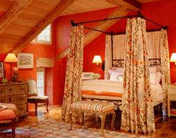 Яркие спальни снова в моде!