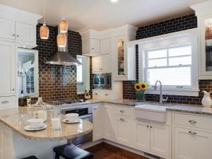 DP_Gladys-Schanstra-contemporary-white-brown-kitchen_s4x3.jpg.rend.hgtvcom.966.725