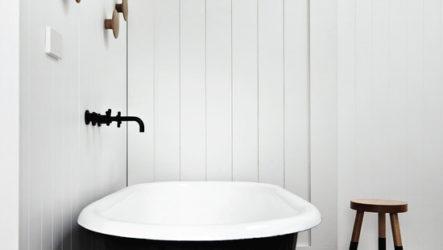 Контрастный декор черно белой ванны