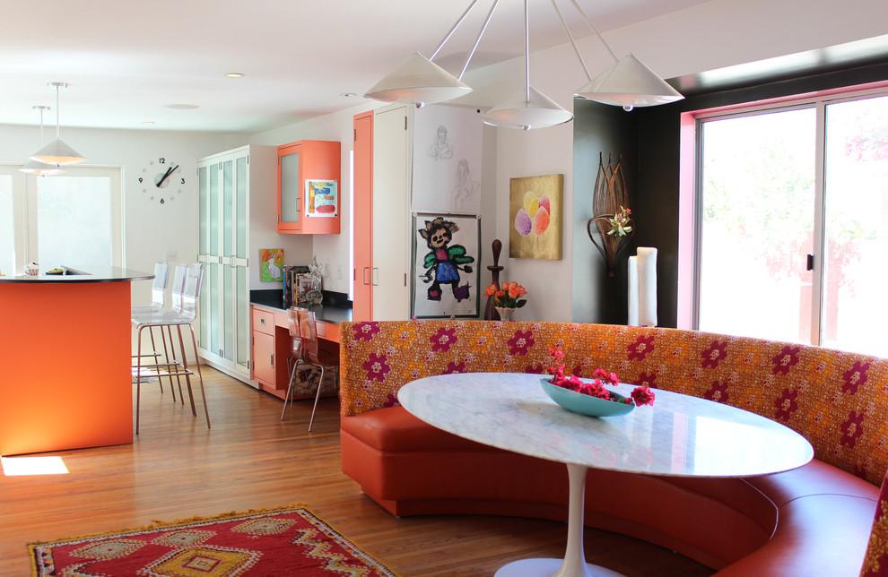 Полукруглый диван для кухни