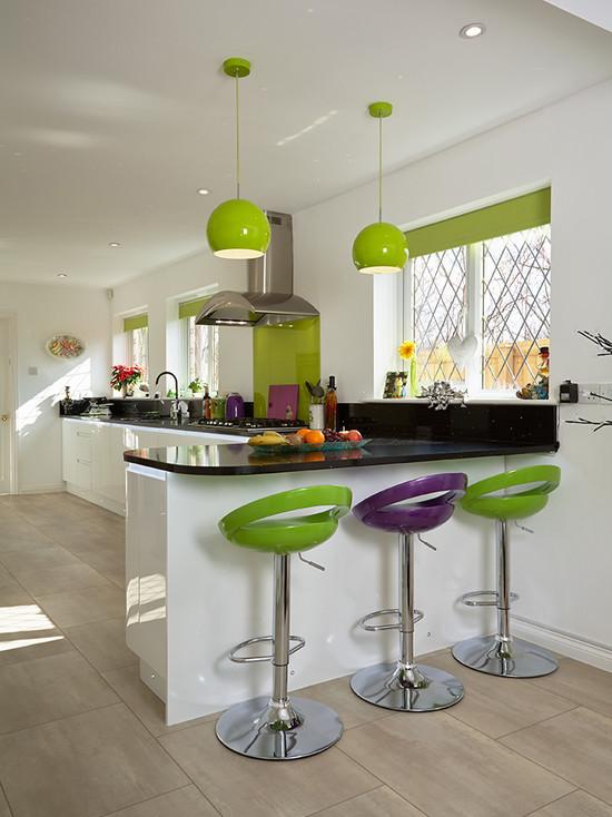 Зеленые стулья в интерьере кухни