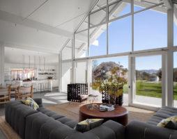 Большое окно в интерьерных композициях