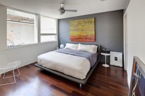 Grey-accent-wall-brings-sophistication-to-the-bedroom