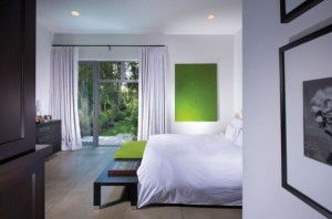 Using-the-accent-color-in-more-than-one-place-lends-a-sense-of-balance-to-the-room