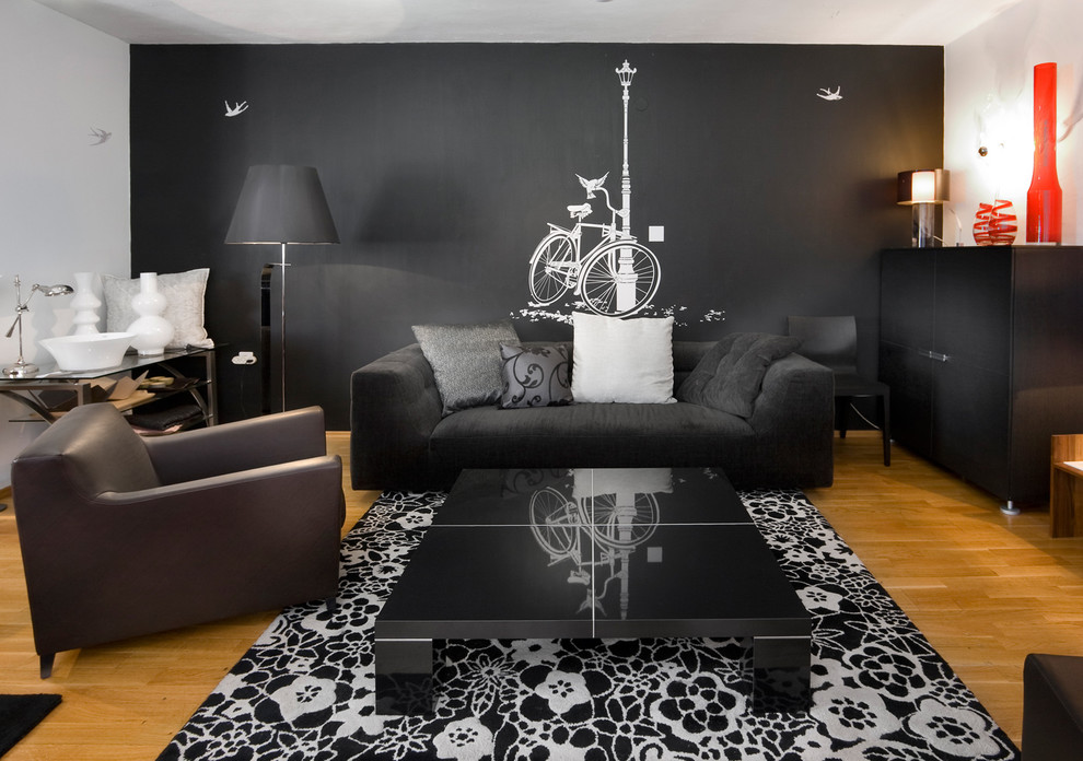 Интерьер с чёрно белыми обоями фото